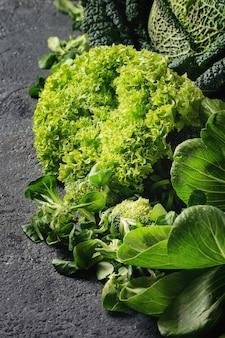 Saladas verdes e repolho