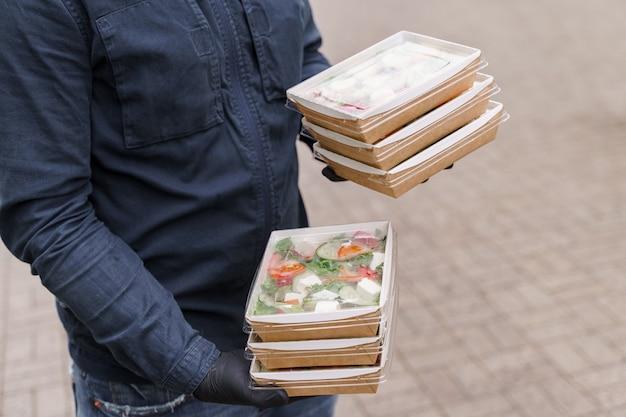 Saladas verdes naturais em caixas ecológicas orgânicas. talheres descartáveis biodegradáveis.