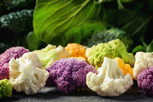 Saladas verdes, repolho, legumes coloridos