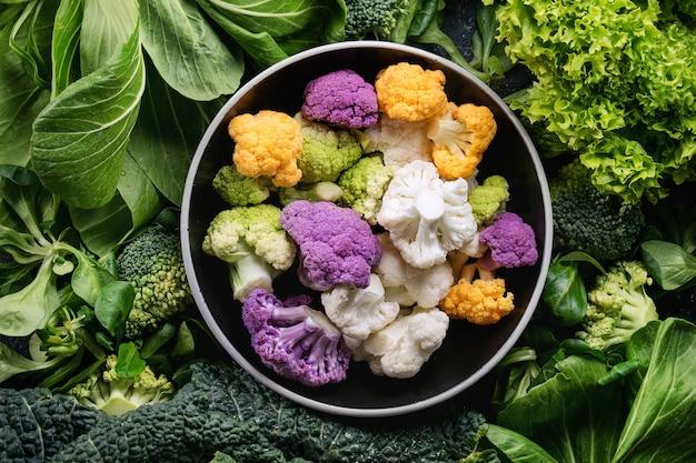 Saladas verdes, repolho, vegetais coloridos