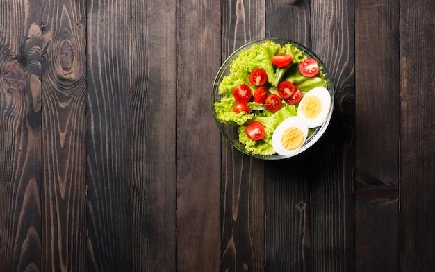 Saladeira colorida saudável com tomates vegetais frescos misturados