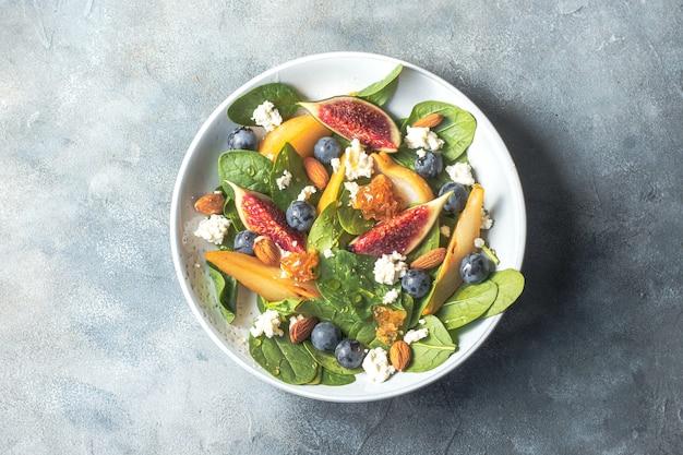 Saladeira com espinafre figos peras uvas queijo cottage e mel