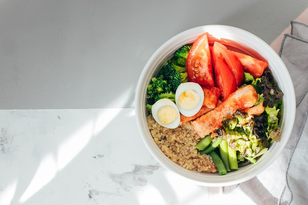 Saladeira de peixe com salmão. refeição saudável, conceito de comida. vista plana, vista superior, cópia espaço