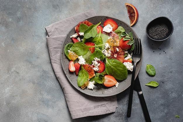 Saladeira de verão com espinafre, morango, queijo cottage, laranjas sanguíneas e mel.