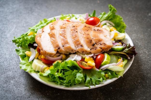 Saladeira saudável com peito de frango