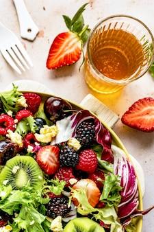 Saladeira saudável com vegetais e frutas vermelhas