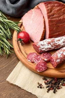 Salame e filé de carne em close-up de tábua de madeira