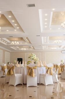 Salão de banquetes de casamento decorado em estilo clássico.