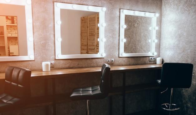 Salão de beleza de luxo com espelhos e luz