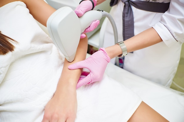 Salão de beleza, depilação a laser, médico e paciente