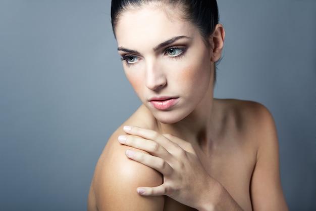 Salão de beleza limpa olhando ombros câmera feminino