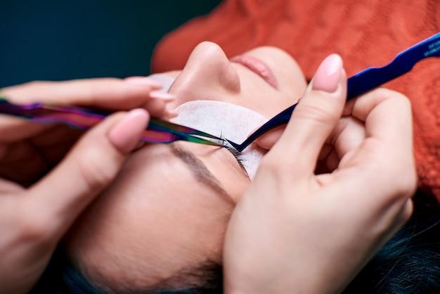 Salão de beleza, procedimento de extensão de cílios