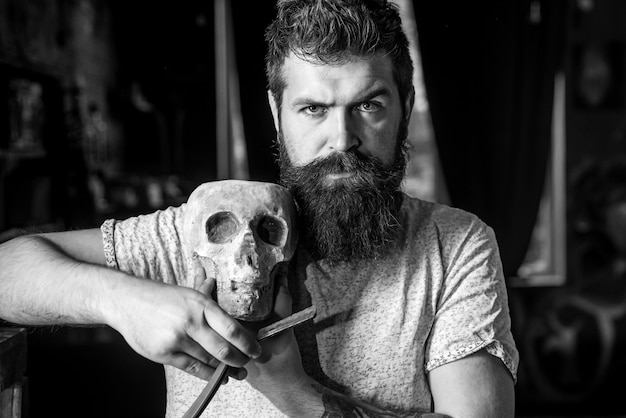 Salão de cabeleireiro e barbeiro vintage. barbeiro, fazendo o corte de cabelo de um homem barbudo atraente na barbearia. projeto da barbearia. barbearia vintage. homem barbudo ou hipster. homem barbudo do retrato.