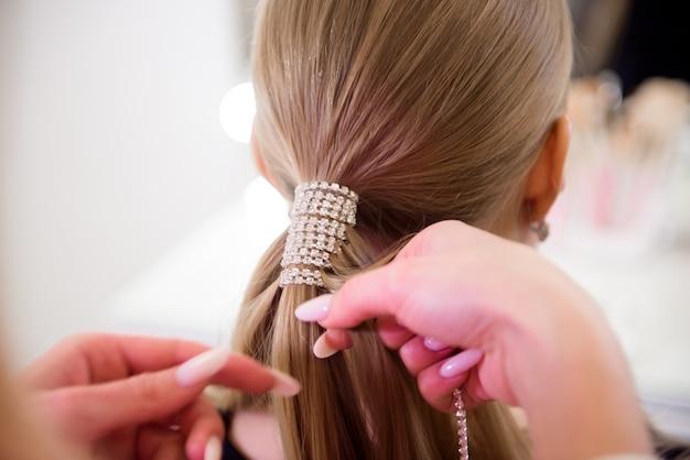 Salão de cabeleireiro feminino. cabeleireiro em um salão de beleza.