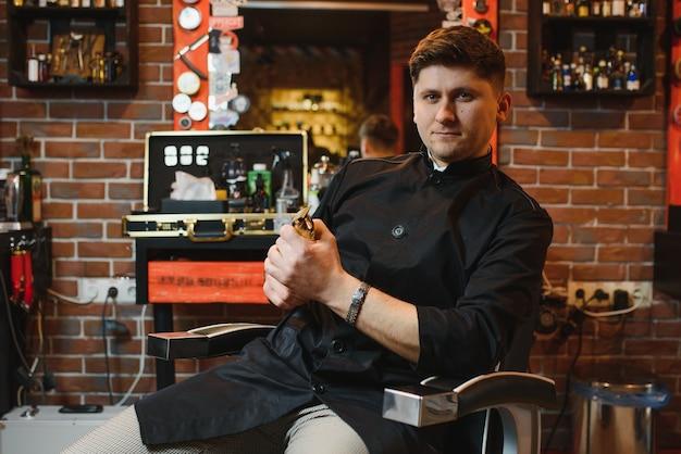 Salão de cabeleireiro para homens conceito de barbearia homem bonito com ferramentas de barbeiro