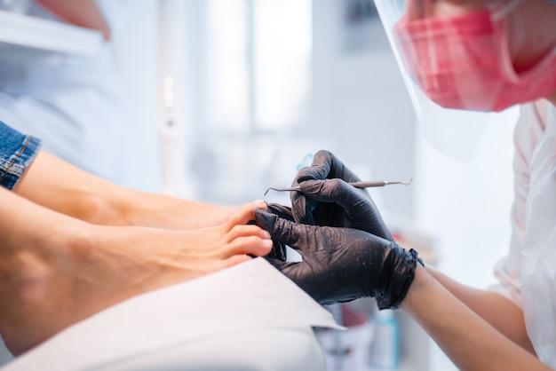Salão de cosmetologista, pedicure, procedimento polonês