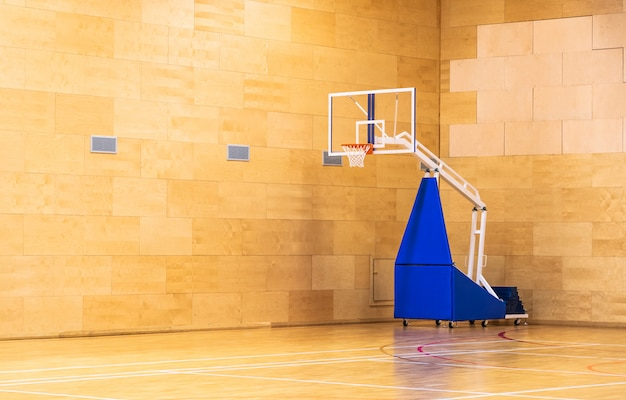 Salão de esporte de basquete com cesta móvel em movimento, com espaço de cópia