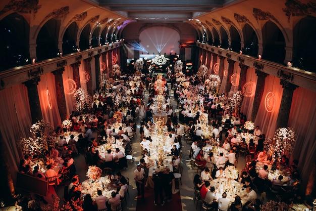 Salão de festas com cheio de convidados
