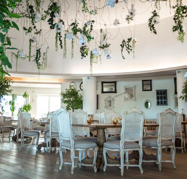 Salão de festas com interior de móveis de madeira branca