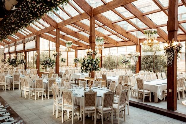 Salão de festas do restaurante enfeitado com flores