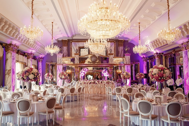 Salão de jantar luxuoso com lustre de cristal grande