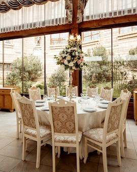 Salão de restaurante e mesa enfeitada com flores