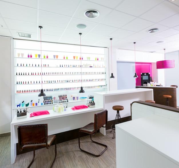 Salão de unhas e pedicura moderno com unha polonês colorido em uma fileira