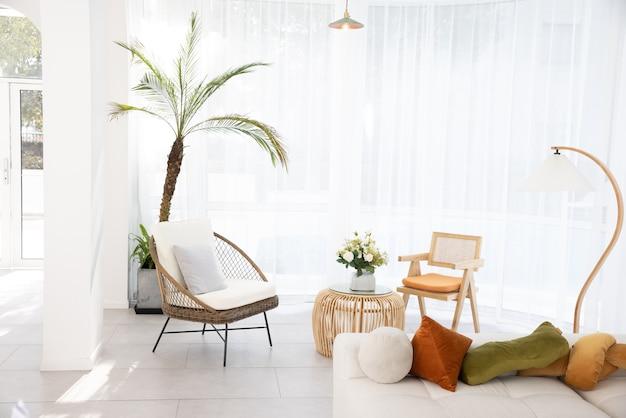 Salão interno com plantas