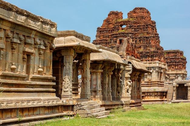 Salão ou pavilhão ao ar livre com pilares de mandapa no templo achyutaraya em hampi