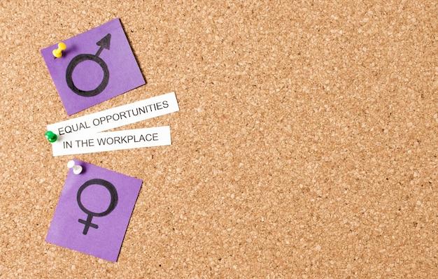 Salário e direitos iguais no local de trabalho entre os símbolos de gênero copiam o espaço