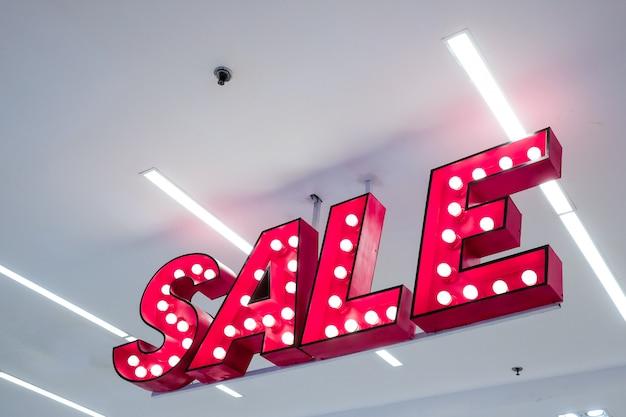 Sale lightbox pendurado na loja de departamento - sinalização de venda