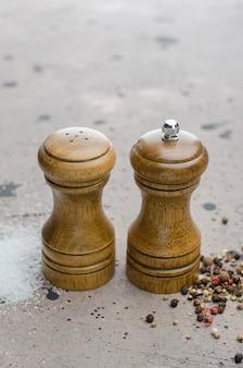 Saleiro e peça central de madeira na tabela.