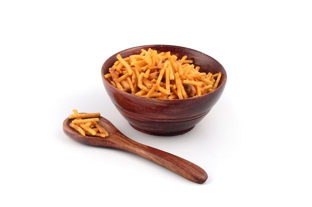 Salgadinho frito com mistura de chivda feita de grama de farinha e misturada com frutas secas