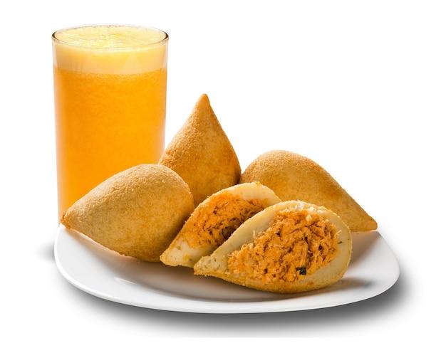 Salgadinhos brasileiros de frango frito e suco de laranja