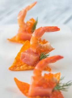 Salgadinhos de milho com camarão e salmão