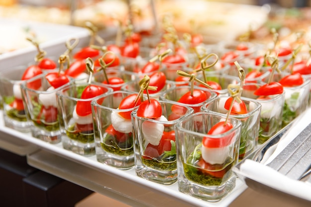 Salgadinhos de vegetais, canapés na mesa de banquete
