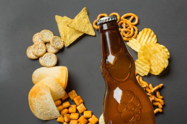 Salgadinhos. pretzels, batatas fritas, biscoitos