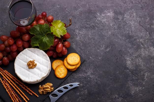 Salgados e vinho de queijos