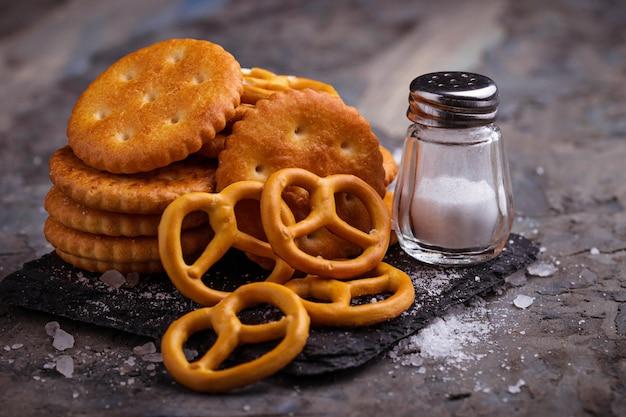Salgados salgados pretzel e bolacha. foco seletivo