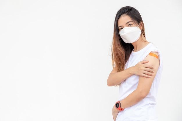 Salientou a mulher asiática com máscara médica, com medo de efeito após ter recebido a vacina.