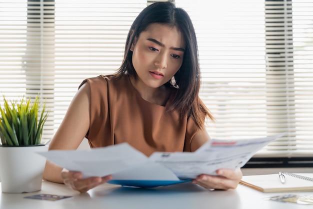 Salientou a mulher asiática segurando documentos