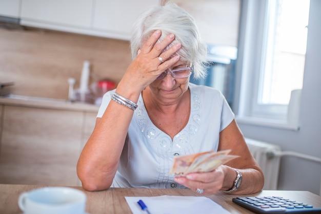 Salientou a mulher sênior, tendo uma dor de cabeça ao ler o aviso de conta bancária