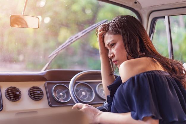Salientou a mulher sentada dentro de carro antigo