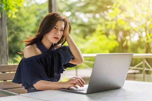 Salientou a mulher usando o computador portátil
