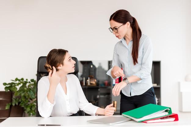 Salientou as mulheres que trabalham no escritório e discutindo sobre gestão do tempo