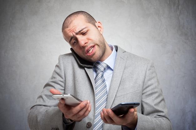 Salientou o empresário falando em muitos telefones ao mesmo tempo
