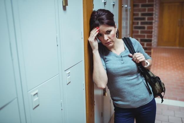 Salientou o estudante maduro em pé no vestiário