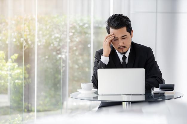 Salientou o homem de negócios usando o laptop e o problema de trabalho