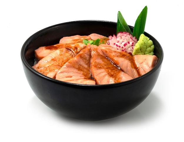 Salmão aburi don servido legumes esculpidos comida japonesa vista lateral