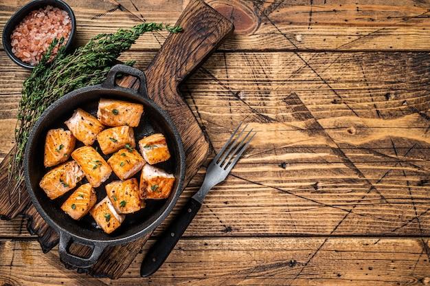 Salmão assado ou peixe truta em uma panela